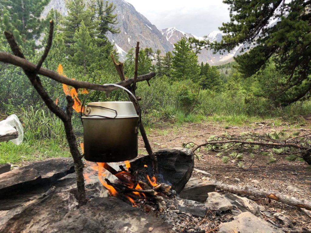 Огонь на фоне гор