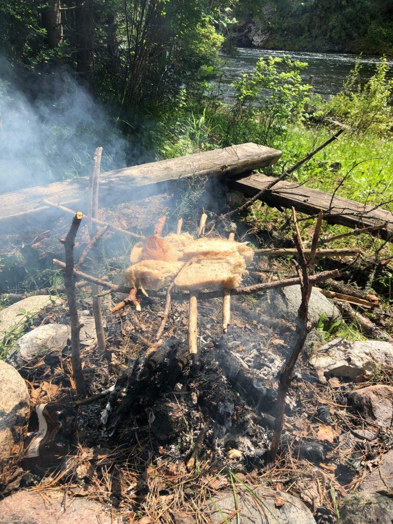 Зажаривание хлеба на огне